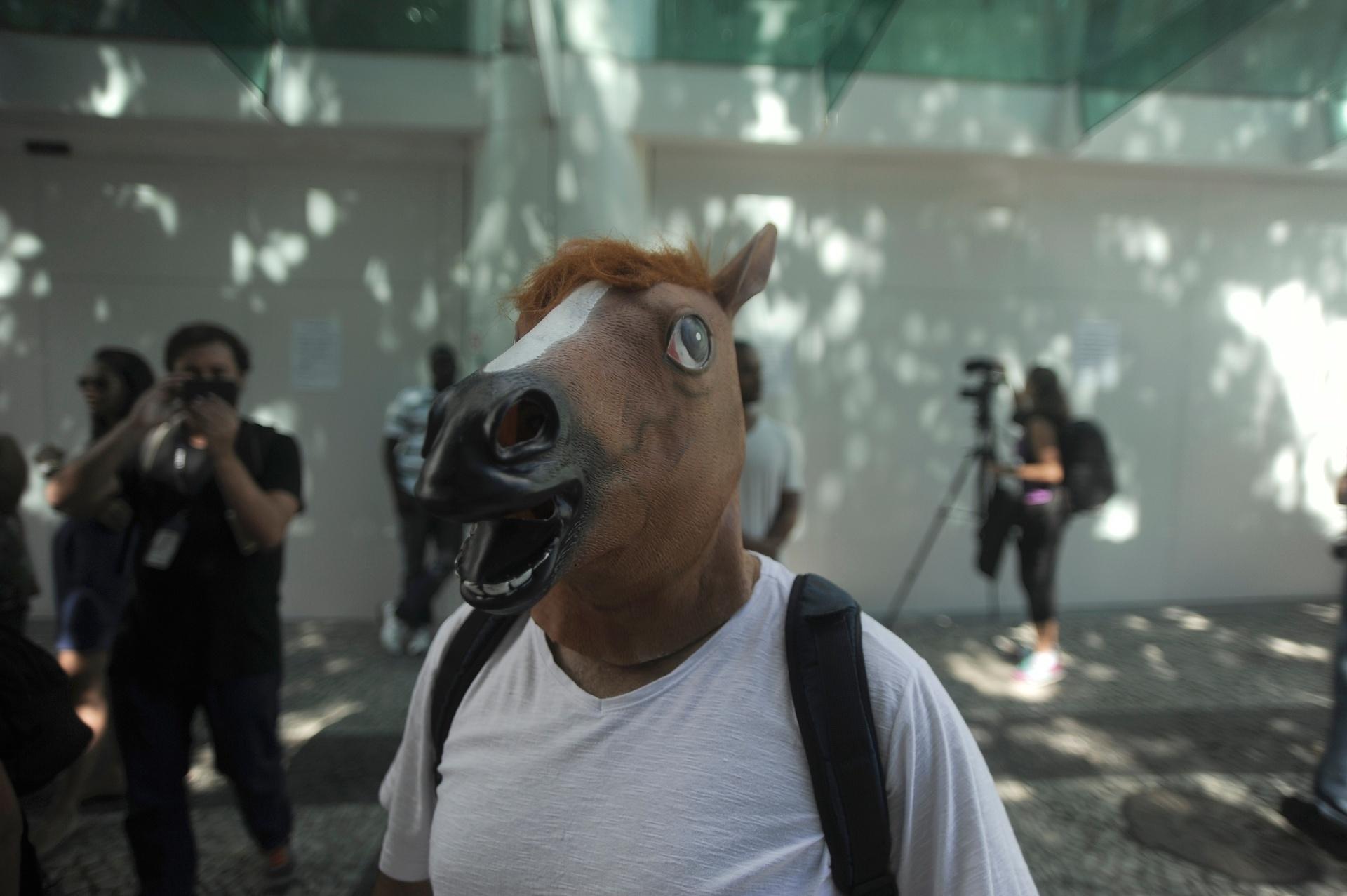 19.jan.2014 - Manifestante fantasiados chega ao shopping Leblon, na zona sul do Rio de Janeiro, neste domingo (19), para protestar contra a proibição da realização de
