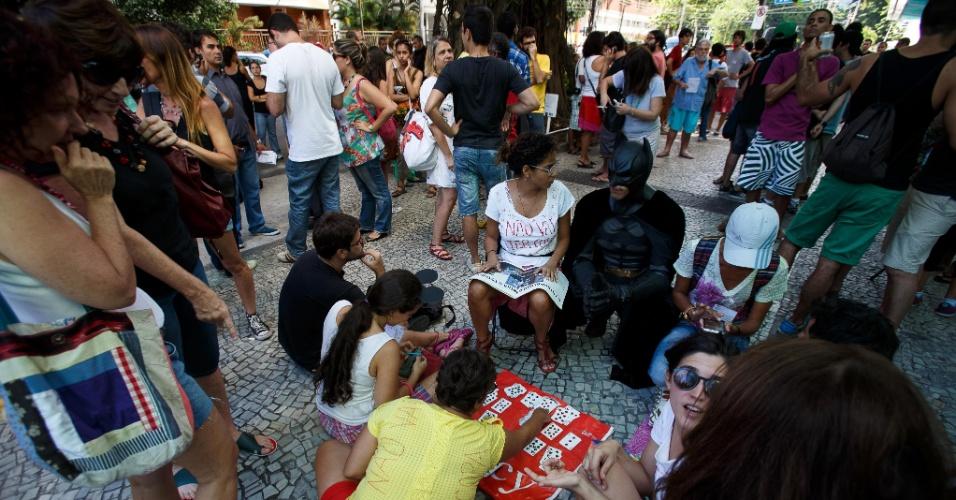 19.jan.2014 - Manifestantes jogam cartas na frente do shopping Leblon, na zona sul do Rio de Janeiro, em protesto contra o impedimento da realização de rolezinhos dentro desse tipo estabelecimento comercial. O shopping foi fechado neste domingo (19), por causa do movimento