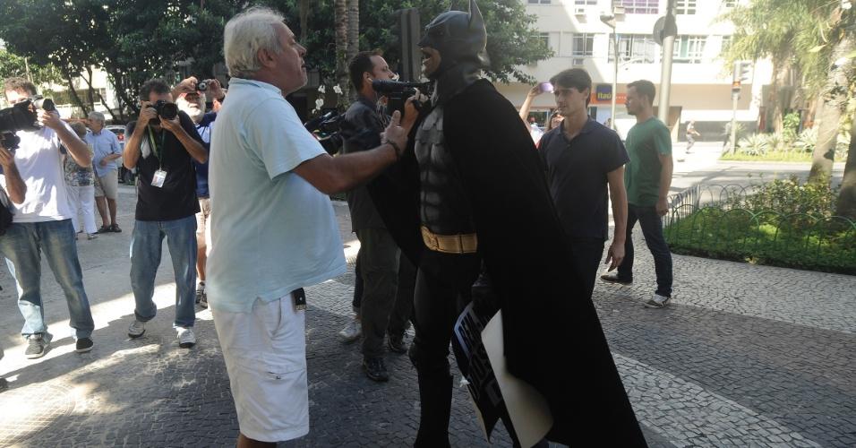 19.jan.2014 - Morador discute com Batman durante protesto contra a proibição dos rolezinhos no shopping Leblon, na zona sul do Rio de Janeiro, neste domingo (19)