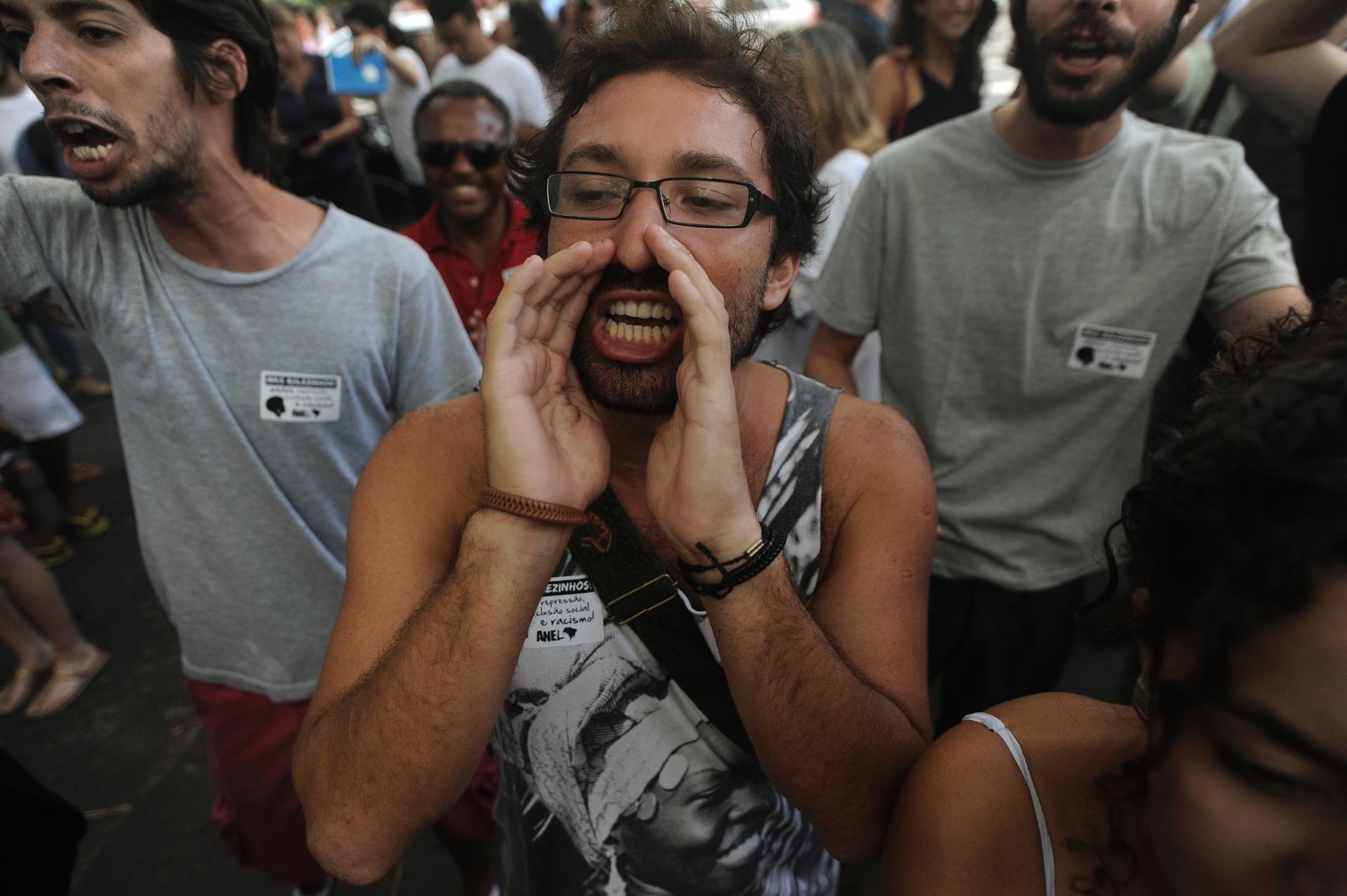 19.jan.2014 - Pessoas gritam palavras de ordem em frente ao shopping Leblon, na zona sul do Rio de Janeiro, em protesto contra o impedimento da realização de rolezinhos dentro desse tipo estabelecimento comercial. O shopping foi fechado neste domingo (19), por causa do movimento