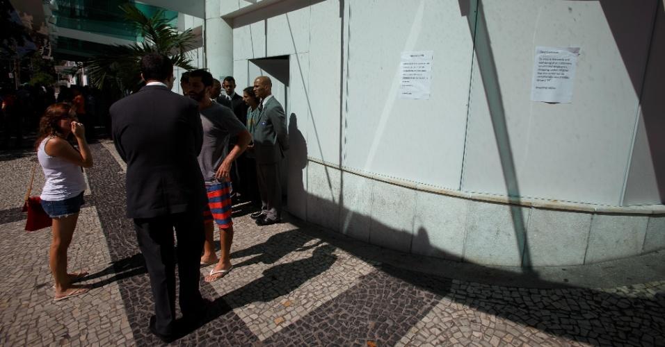 19.jan.2014 - Pessoas permanecem em frente ao shopping Leblon, na zona sul do Rio de Janeiro, durante início do protesto contra o impedimento da realização de rolezinhos dentro desse tipo estabelecimento comercial. O shopping foi fechado neste domingo (19), por causa do movimento