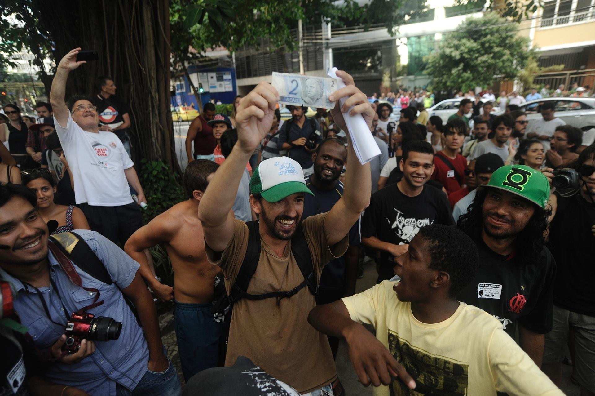 19.jan.2014 - Pessoas protestam em frente ao shopping Leblon, na zona sul do Rio de Janeiro, contra o impedimento da realização de rolezinhos dentro desse tipo estabelecimento comercial. O shopping foi fechado neste domingo (19), por causa do movimento