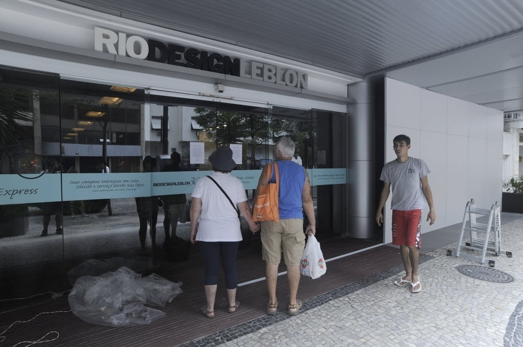 19.jan.2014 -  Shopping Rio Design, no Rio de Janeiro (RJ) fecha por causa de rolezinho marcado para este domingo (19). Seguranças espalharam cartazes em volta da fachada do shopping; foram colocado tapumes para segurança dos vidros