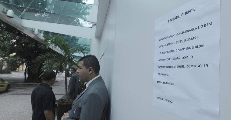 """19.jan.2014- Shopping Leblon, no Rio de Janeiro (RJ), fecha por causa de """"rolezinho"""" marcado para este domingo (19). Foram colocado tapumes em volta da fachada do prédio, e seguranças guardam as entradas"""