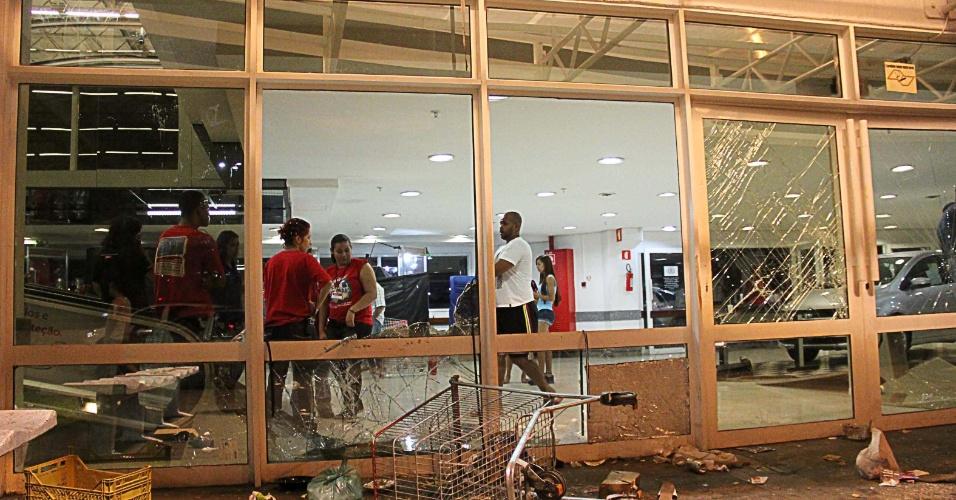 19.jan.2014 - Um hipermercado e a loja de conveniência de um posto de combustíveis na região da Penha, zona leste de São Paulo, foram vandalizados na noite deste domingo (19). A depredação começou depois de a PM interromper um baile funk realizado em uma rua próxima ao centro comercial. Os policiais utilizaram bombas de gás para a dispersão, segundo a PM
