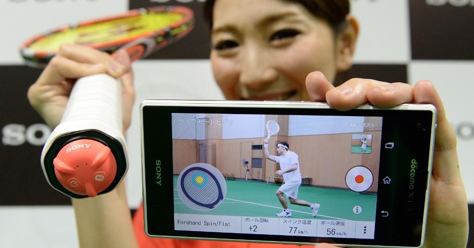 20.jan.2014 - A Sony apresentou em evento no Japão uma tecnologia para avaliar o desempenho de jogadores de tênis. Chamado de SSE-TN1, o sensor acoplado a uma raquete especial analisa os movimentos durante a partida e envia essas informações para o celular via tecnologia Bluetooth. A raquete será lançada em maio, no Japão, por preço equivalente a US$ 180 (cerca de R$ 420). Na feira de tecnologia CES, a empresa de raquetes Babolat exibiu tecnologia semelhante