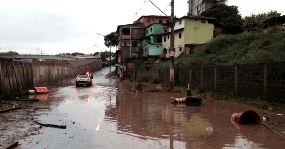 20.jan.2014 - Chuva causa alagamento no Bairro Venda Nova, em Belo Horizonte (MG), nesta segunda-feira (20)