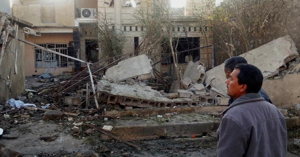 20.jan.2014 - Civis se aglomeram ao redor do local onde um ataque com carro-bomba matou duas pessoas e deixou outras dez feridas na cidade iraquiana de Tuz Khurmatu, ao norte de Bagdá. A cidade onde ocorreu o atentado é disputada por árabes e curdos