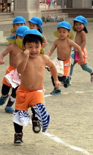 20.jan.2014 - Crianças de jardim de infância se exercitam em um playground em Tóquio nesta segunda-feira (20), dia de Daikan, que se acredita ser o mais frio no ano do Japão. Cerca de 500 crianças brincam e se exercitam sem camisa todos os dias do ano para se manterem saudáveis