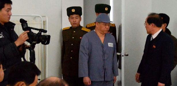 Kenneth Bae (de boné) quando estava preso na Coreia do Norte, em 2014