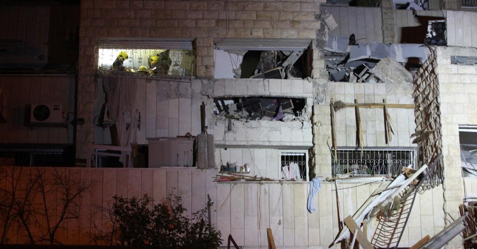 20.jan.2014 - Equipes de resgate trabalham no edifício em que uma bomba explodiu nesta segunda-feira (20) em Jerusalém, Israel. A explosão matou um casal e seu filho de três anos, segundo informações da Cruz Vermelha de Israel