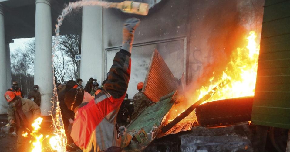 20.jan.2014 - Manifestante se queima ao lançar coquetel molotov contra a polícia durante confronto nesta nesta segunda-feira (20), em Kiev, capital ucraniana. Ucranianos protestam contra as novas leis aprovadas pelo Parlamento que restringem o direito de manifestação