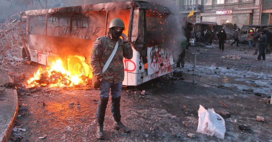 20.jan.2014 - Manifestantes pró União Europeia queimaram ônibus em mais uma noite de protestos contra o governo ucraniano em Kiev. Os manifestantes foram às ruas na noite do último domingo (19) em protesto contra uma dura lei antiprotesto aprovada às pressas pelo Parlamento ucraniano. Há semanas, o país mergulhou em uma onda de protestos. Os manifestantes querem que o país assine um acordo para aderir à União Europeia, enquanto o governo dá indicações de que irá se aproximar ainda mais da Rússia