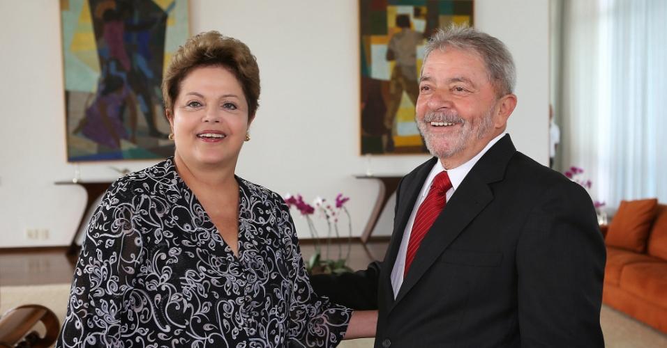 20.jan.2014 - O ex-presidente Luiz Inácio Lula da Silva aparece com barba ao lado da presidente Dilma Rousseff no Palácio da Alvorada, em Brasília, nesta segunda-feira (20). Lula havia tirado a barba no final de 2011, durante tratamento contra um câncer de laringe, do qual afirmou estar curado em 2013