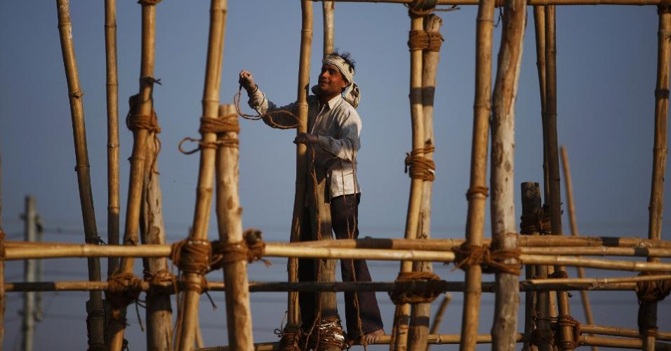 20.jan.2014 - Operário indiano trabalha na construção de um templo religioso na capital do Nepal, Katmandu. Os operários indianos são submetidos a condições degradantes de trabalho, obrigados a trabalhar em alturas superiores a 24 metros sem quaisquer tipos de equipamentos de segurança