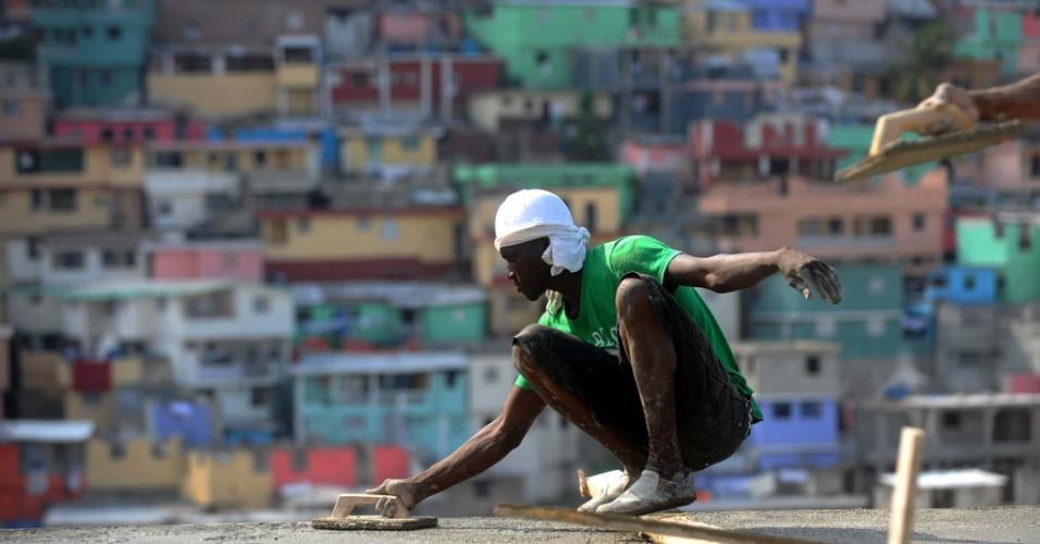 20.jan.2014 - Trabalhador espalha cimento em construção de Petion Ville, no Haiti