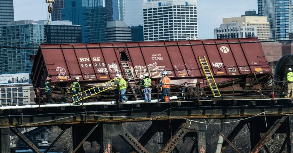20.jan.2014 - Trabalhadores tentam recuperar vagão de carga que descarrilou na cidade de Filadelfia, nos Estados Unidos. O trem carregava petróleo vindo de Chicago, quando saiu dos trilhos. Dois vagões tombaram, mas segundo as autoridades locais, não há risco de derramamento de combustível no rio Schuylkill