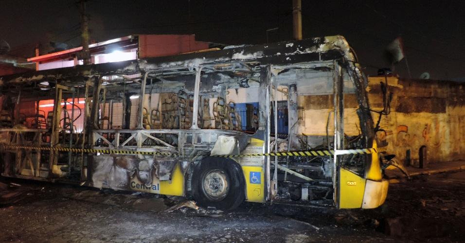 20.jan.2014 - Um ônibus foi incendiado no Jardim Lourdes, zona leste de São Paulo, por volta de 1h desta segunda-feira. Não houve feridos. Um grupo parou o coletivo na rua Cabo das Tormentas. Após obrigar o motorista e o cobrador a desembarcarem, o grupo jogou combustível e ateou fogo