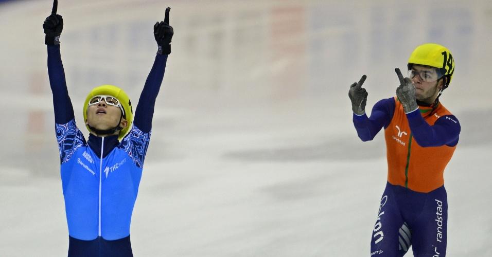 O holandês Sjinkie Knegt (dir.) protagonizou um 'photobomb' durante a comemoração do patinador de velocidade Victor An, do time da Rússia, durante competição dos 5.000 metros em pista curta. A disputa ocorreu no Campeonato Europeu da modalidade, realizado em Dresden, na Alemanha. A Holanda ficou em segundo e a Alemanha, em terceiro. O gesto rude fez com que Knegt fosse desclassificado pelos organizadores da competição