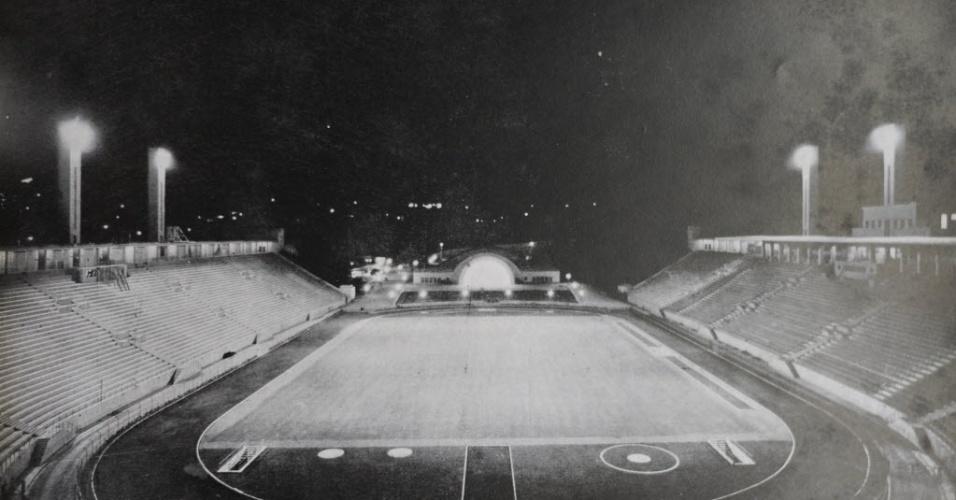 Vista noturna do Pacaembu, em 1945. Ao fundo, vê-se a concha acústica, posteriormente demolida para a construção de mais um lance de arquibancada
