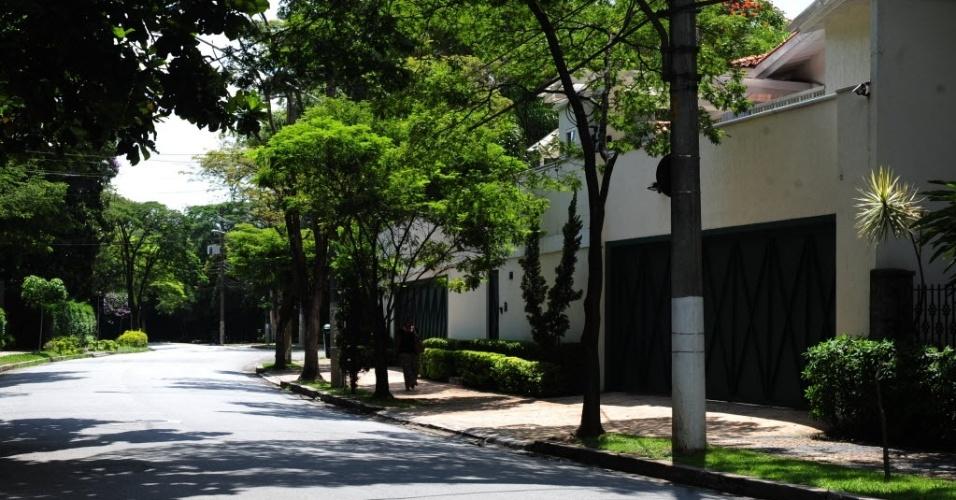 Rua do Jardim América, da zona oeste de São Paulo. Predominantemente residencial e pouco verticalizado, o bairro-jardim é um exemplo do modelo defendido por Anhaia Mello. Seu estilo é preservado pela lei de zoneamento