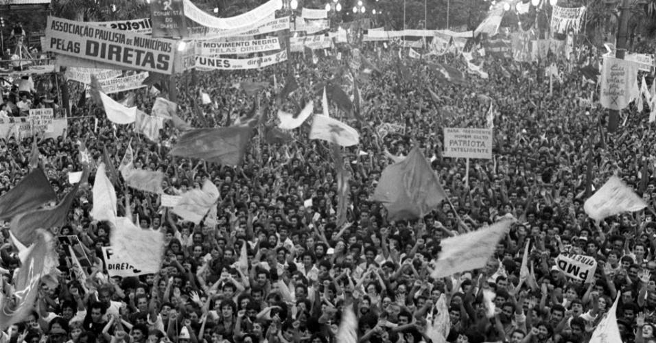 21.jan.2014 - A partir de fevereiro de 1984, logo após o grande comício da praça da Sé, outros foram realizados nas principais capitais brasileiras. O movimento culminou na realização de uma reunião popular sem precedentes na história do Brasil. No dia 16 de abril daquele ano, cerca de 1,5 milhão de pessoas se reuniram no vale do Anhangabaú para pedir eleições diretas para presidente