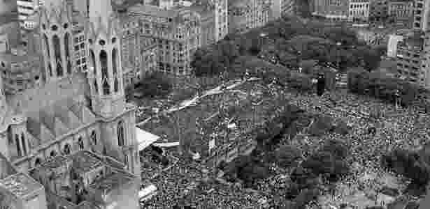 """25.jan.1984 - Primeiro grande comício de uma série iniciada no ano anterior, posteriormente intitulados de comícios das """"Diretas-já"""" - Fernando Santos/Folhapress"""