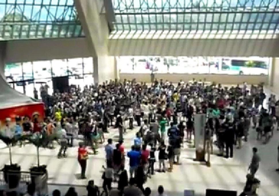 21.jan.2014 - Print de vídeo do YouTube: alunos da FEA/USP fazem 'rolezinho' no shopping Eldorado, zona oeste de São Paulo