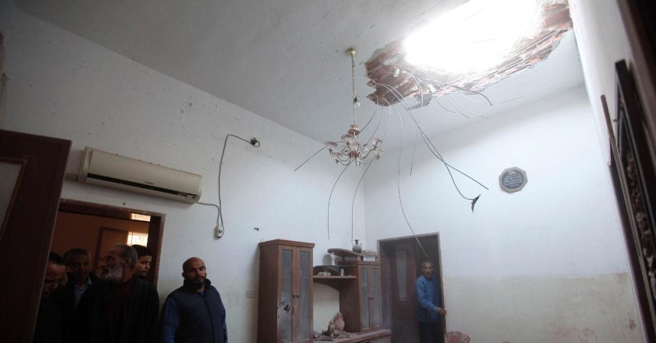 21.jan.2014 - Uma parte do telhado desta casa caiu quando foi atingida por um foguete durante enfrentamento entre forças rebeldes e tropas do governo líbio nesta terça-feira (21), em Tripoli