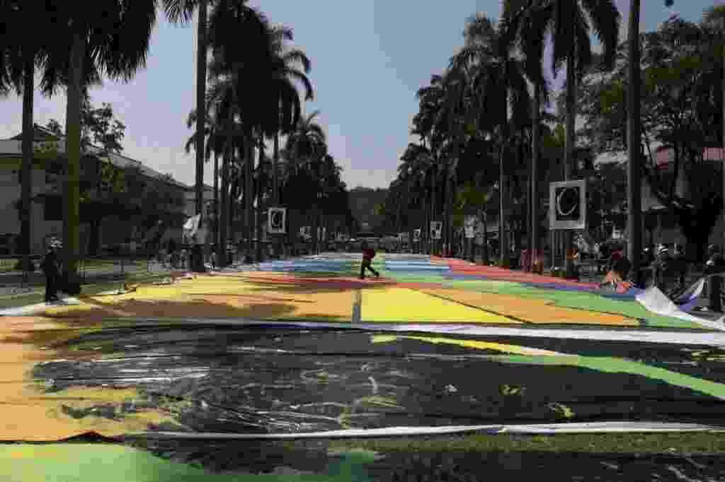 21.jan.2014 - Vista geral do painel na Cidade do Panamá após a quebra do recorde. Um representante do Guinness afirmou que o recorde foi quebrado no evento, com 5.084 crianças pintando o mural ao mesmo tempo. A proposta era pintar um painel de 7.000 metros quadrados que representasse as eclusas do Canal do Panamá em apenas três minutos e meio. Liderada pela artista panamenha Olga Sinclair, a atividade faz parte das comemorações do centenário do Canal do Panamá, em 15 de agosto - Carlos Jasso/Reuters