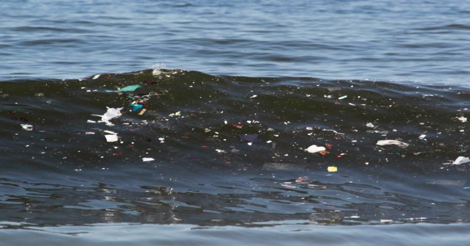 22.jan.2014 - A corrente marítima levou o lixo da baía de Guanabara para as águas da praia de Copacabana, na zona sul do Rio de Janeiro, nesta quarta-feira (22)