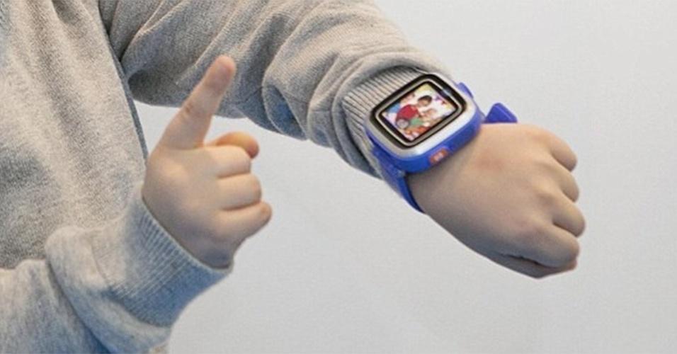 22.jan.2014 - A Vtech apresentou durante a Toy Fair 2014, feira de fabricantes de brinquedos realizada em  Londres (Reino Unido), o relógio inteligente Kidzoom. Voltado para crianças, o dispositivo tem tela de 1,4 polegadas e uma câmera de 0,3 megapixel. Previsto para ser lançado apenas no fim deste ano, a fabricante informa que o aparelho tem preço sugerido de 40 libras (cerca de R$ 157)