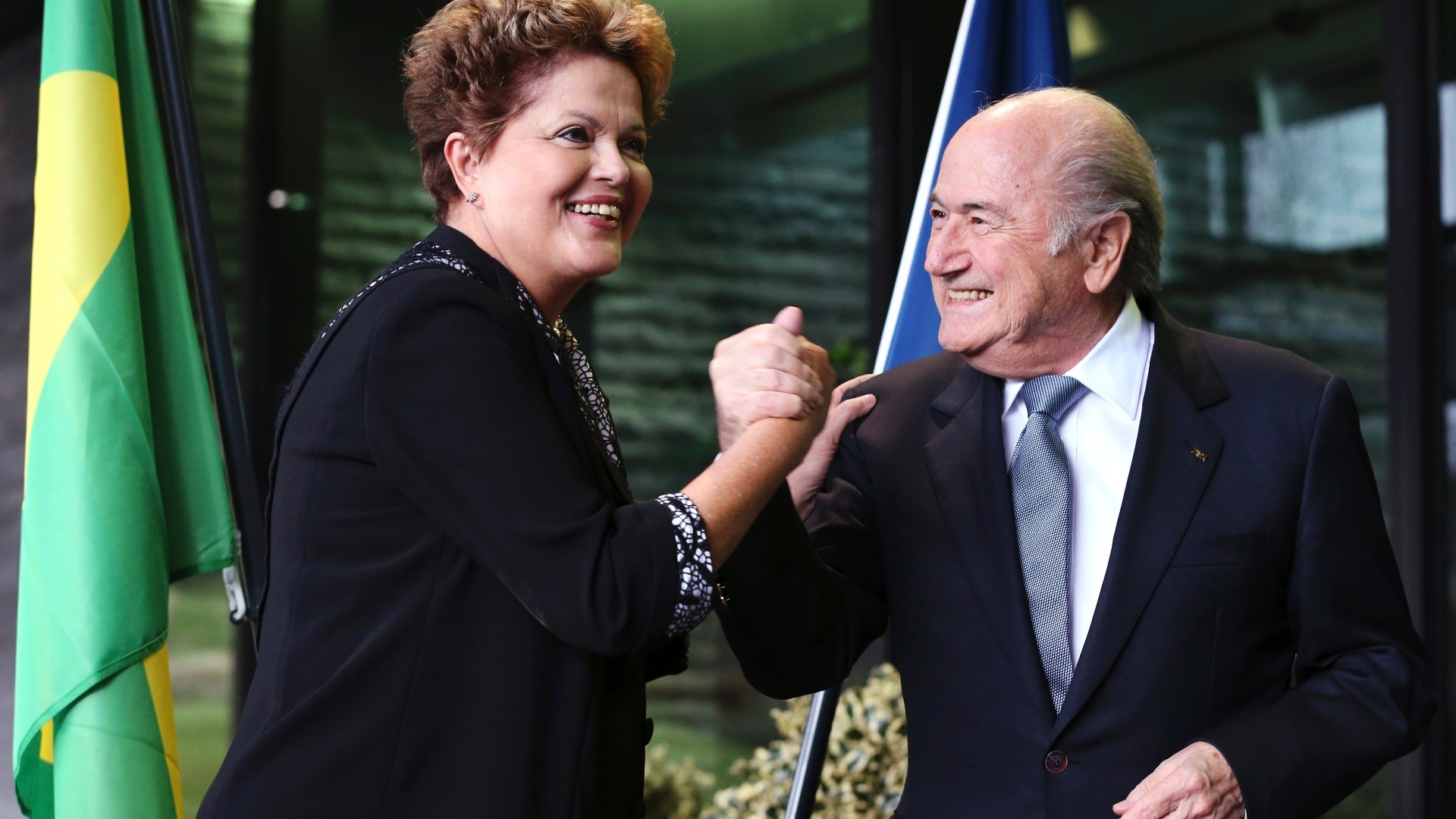 23.jan.2014 - A presidente Dilma Rousseff cumprimenta o presidente da Fifa, Joseph Blatter, durante uma visita à sede da entidade, nesta quarta-feira (23)