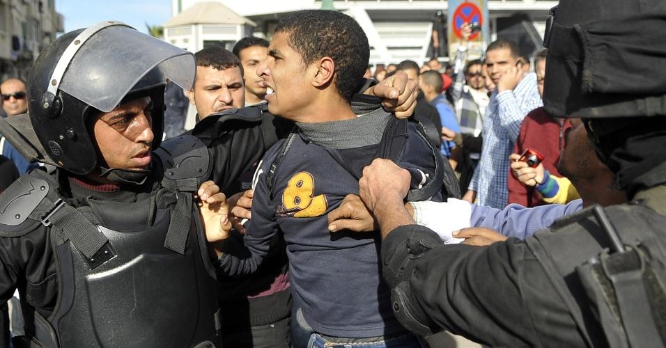 23.jan.2014 - Policiais detêm manifestante durante cofrontos no norte da cidade de Alexandria, no Egito, nesta quinta-feira (23). Conflitos entre estudantes egípcios rivais de uma universidade em Alexandria mataram ao menos uma pessoas, que apoiava o ex-presidente egípcio deposto, Mohammed Mursi