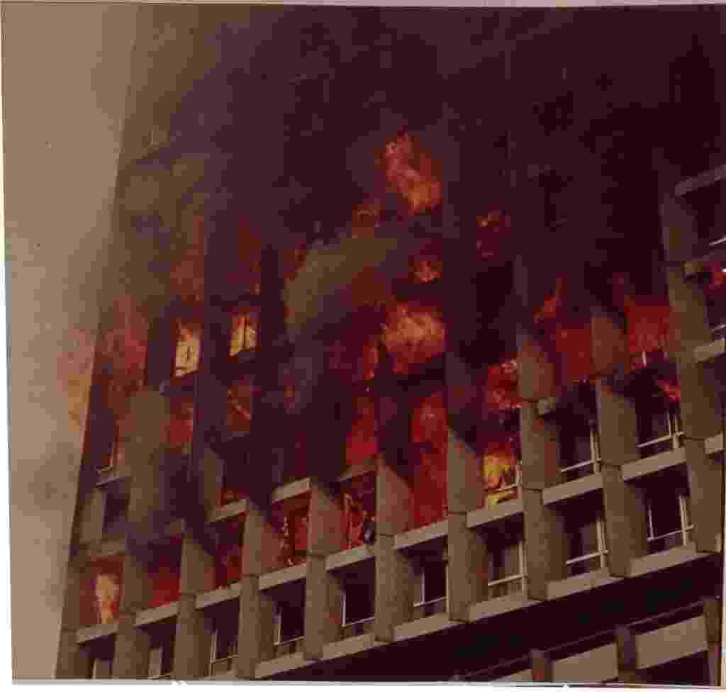 No dia 1º de fevereiro de 1974, um incêndio no edifício Joelma (na região central de São Paulo) começou às 8h54, no 12º andar. Dez dos 25 andares do prédio comercial eram usados como estacionamento; nos outros 15, trabalhavam 750 pessoas. Os bombeiros chegaram ao local pouco tempo depois, às 9h10, mas as escadas Magirus e os jatos d'água não conseguiam alcançar os andares mais altos. O fogo foi controlado às 10h30, com um resultado de 188 mortos e mais de 300 pessoas feridas - Eivind Molberg/ Folhapress