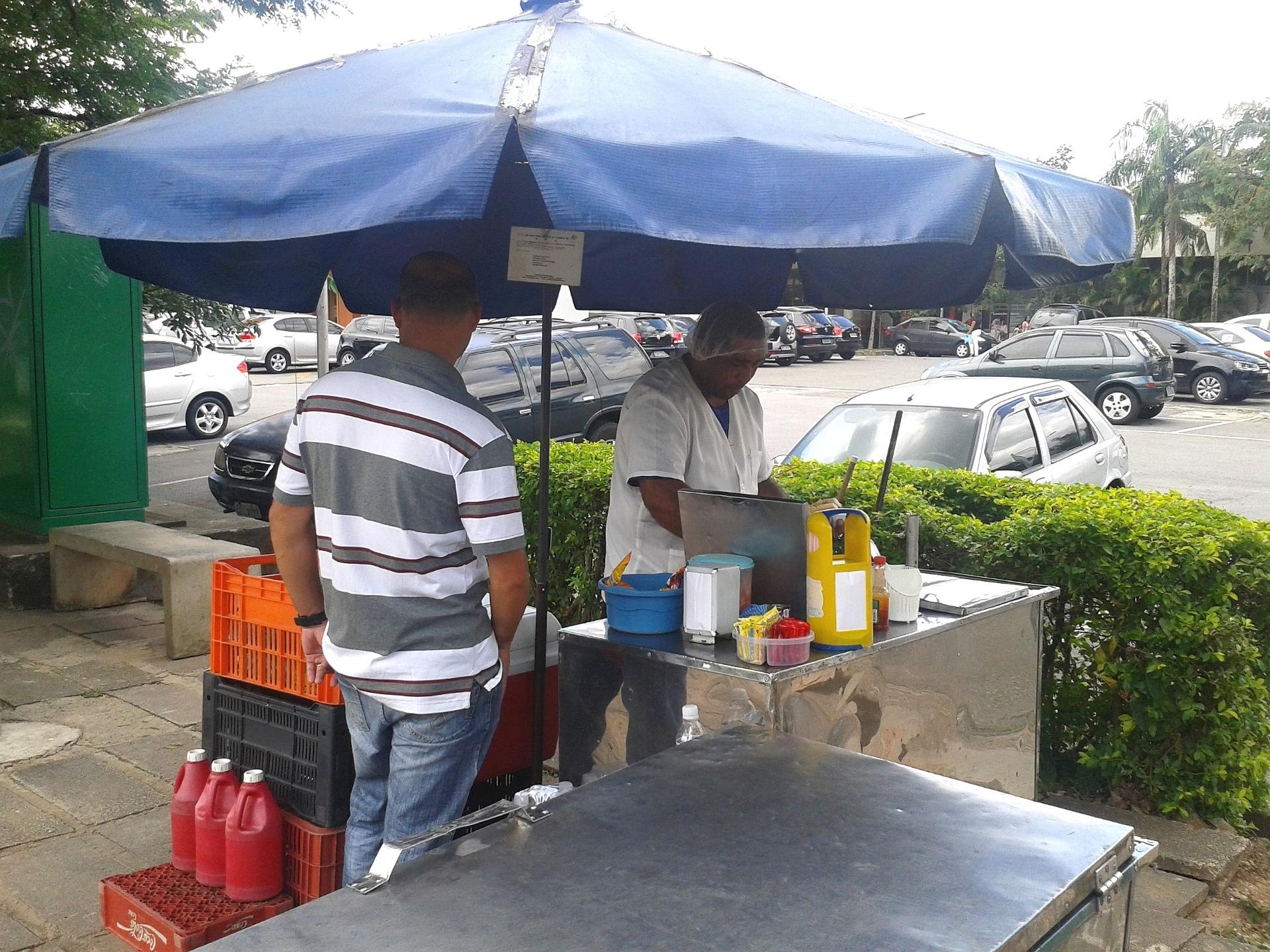 Cícero Salvador de Santana, vendedor de hot dog no campus da USP (Universidade de São Paulo), na capital paulista