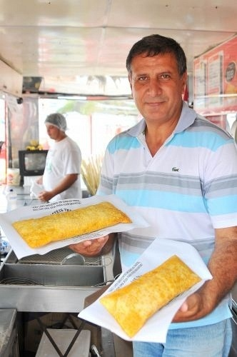 Donizete Aparecido da Silva, dono do Pastel do Trevo, em Bertioga (SP), serve os pastéis que fizeram dele um empresário de sucesso