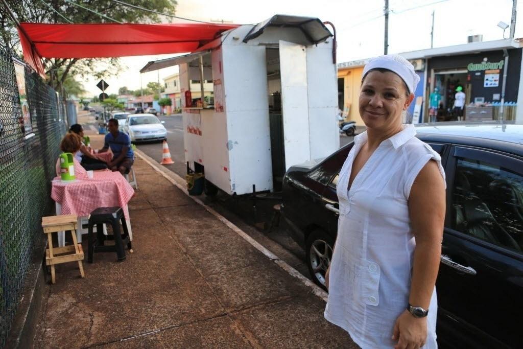 Erica Almeida Bvanut, mãe da participante do BBB14 Franciele e dona de um trailer que vende cachorros-quentes, em Ribeirão Preto (SP)