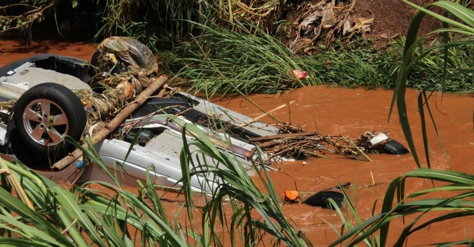23.jan.2014 - Um carro foi arrastado durante a chuva da manhã desta quinta-feira (23 ) e caiu no córrego do Ouro, perto da rodoviária da cidade, em Araraquara (SP). O motorista conseguiu escapar antes da queda do veículo