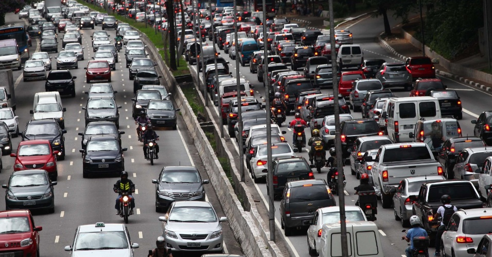 24.jan.2014 - O trânsito na avenida 23 de maio é intenso nos dois sentidos, próximo ao viaduto Santa Generosa, no bairro do Paraíso, na zona sul de São Paulo, no fim da tarde desta sexta-feira (24)