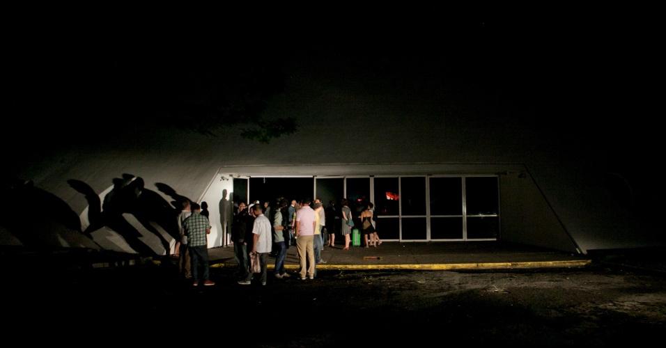 24.jan.2014 - Por causa das chuvas que caíram na capital paulista nesta sexta-feira (24), o parque Ibirapuera, na zona sul de São Paulo, ficou sem energia. Convidados para uma exposição na Oca não puderam ver a mostra