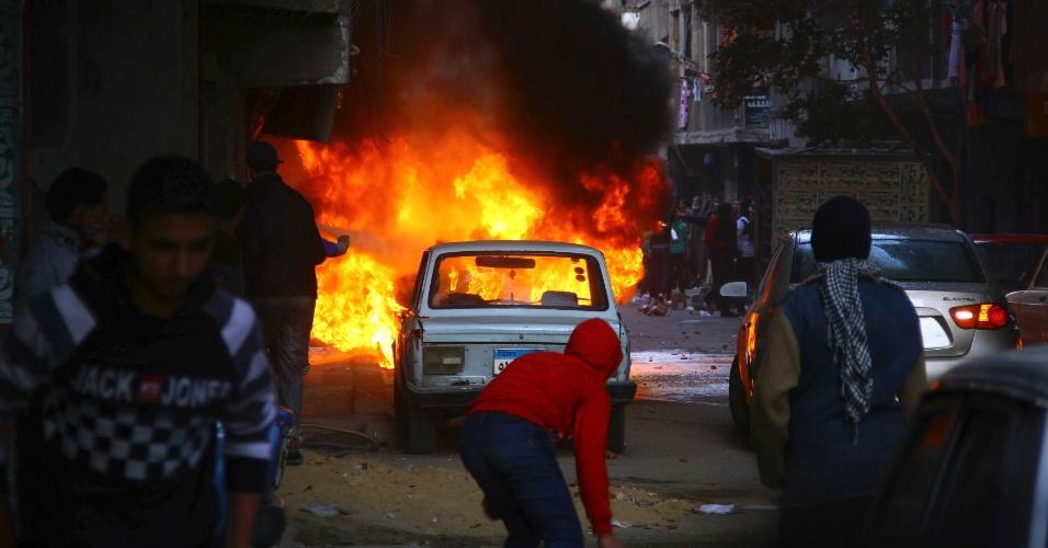 24.jan.2014 - Um veículo é incendiado durante confrontos entre apoiadores do ex-presidente deposto do Egito Mohammed Mursi e a polícia, no leste do Cairo, nesta sexta-feira (24). Uma onda de ataques à bomba na capital egípcia matou ao menos seis pessoas hoje e deixou muitos feridos, o que tem aumentado os temores de que uma insurgência islâmica está ganhando força na véspera do terceiro aniversário da revolta que derrubou o autocrata Hosni Mubarak