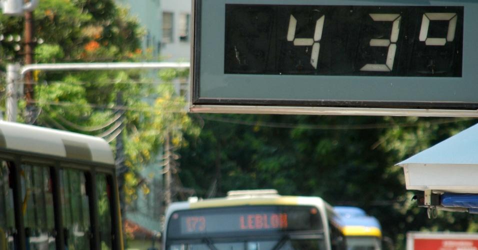 24.jan.20147 - Termômetro marca 43°C em avenida da zona sul do Rio de Janeiro, nesta sexta-feira (24)