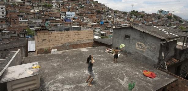 Crianças soltam pipa na laje no Complexo do Alemão, no bairro de Ramos