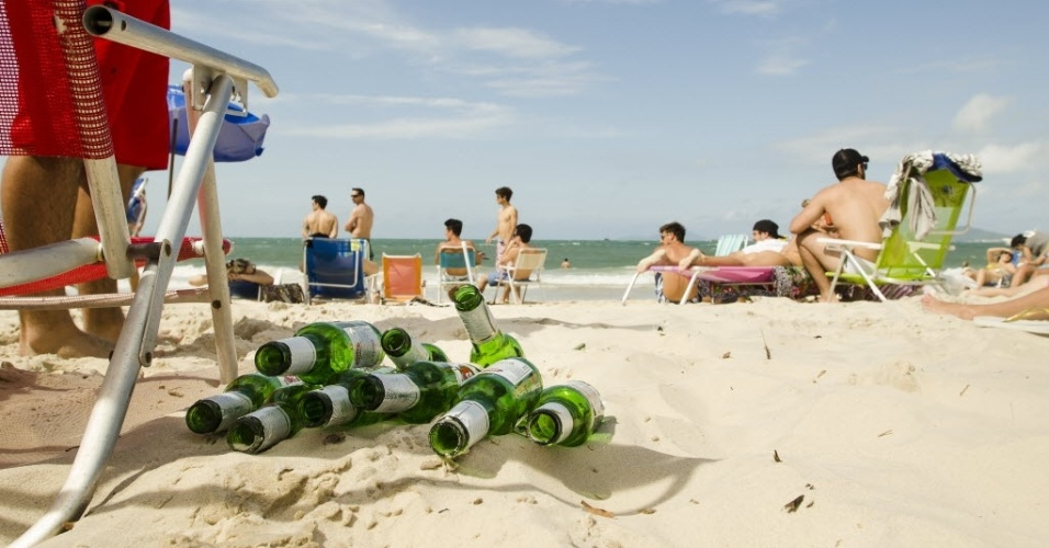 Garrafas de cerva vazias deixadas na Praia de Jurerê Internacional, em Florianópolis