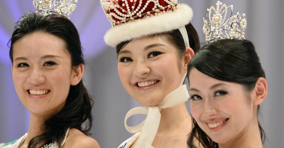 25.jan.2014 - Acompanhada da vice Tomoe Minagawa (esquerda) e da terceira colocada Remi Ohsugi (direita), a estudante de 21 anos Rira Hongo (centro) posa para foto após vencer o Miss Japão 2014. A bela representará seu país no Miss Internacional 2014, que será realizado em novembro