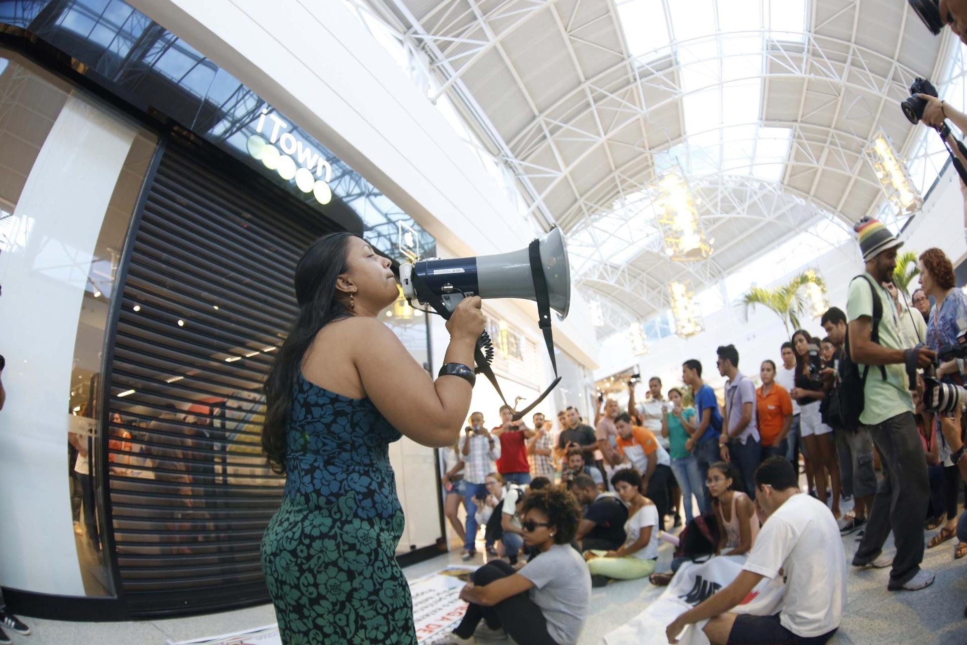 25.jan.2014 - Jovens promovem 'rolezinho' no shopping Rio Mar, no Recife, neste sábado (25). Em Brasília, o Shopping Iguatemi decidiu não abrir as portas. Ao menos 30 pessoas compareceram ao local-- sendo que na internet--, mais de 3.000  confirmaram presença no evento