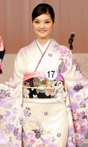 25.jan.2014 - Rira Hongo desfila em traje típico durante o Miss Japão 2014 na cidade de Tóquio. A bela representará seu país no Miss Internacional 2014, que será realizado em novembro