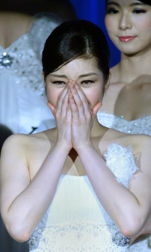 25.jan.2014 - Rira Hongo, estudante de 21 anos, chora ao vencer o Miss Japão 2014 em Tóquio. A bela representará seu país no Miss Internacional 2014, que será realizado em novembro