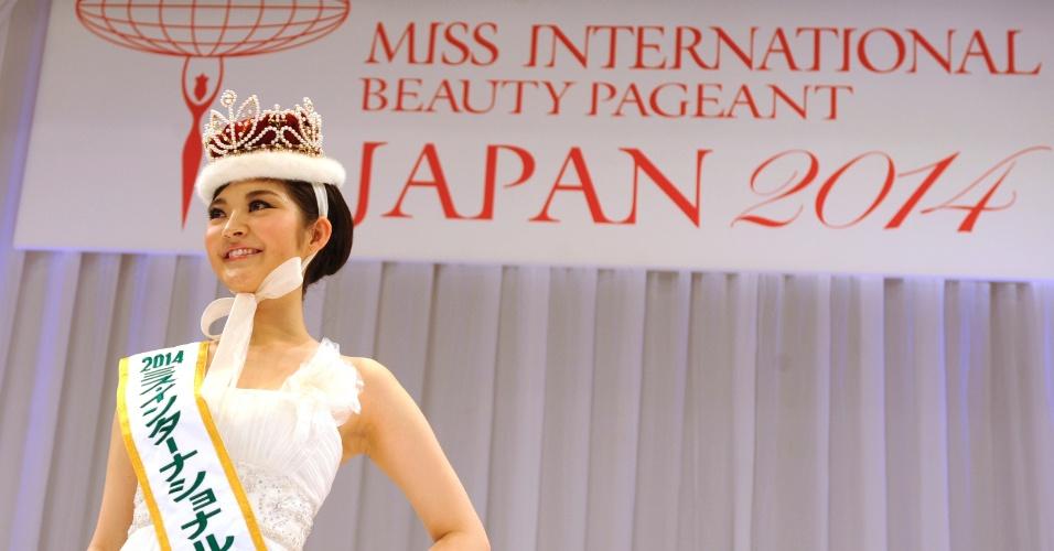 25.jan.2014 - Rira Hongo posa para fotos logo após ser coroada Miss Japão 2014 em Tóquio. A bela representará seu país no Miss Internacional 2014, que será realizado em novembro